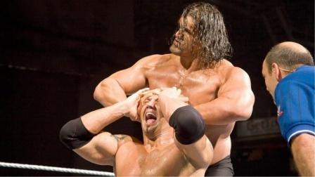 强悍的野兽巴蒂难逃巨人的魔爪,当年摔角界无敌般的存在!