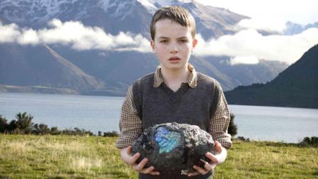 小男孩捡到一颗蓝色的蛋,召唤出一只怪物,真实故事改编!
