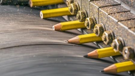 铅笔芯是怎么塞进木头里的?看完生产全过程,终于解开多年疑惑!