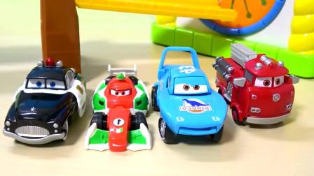 儿童迪士尼汽车玩具,彩虹车库的汽车惊喜蛋,警车,赛车,小汽车玩具。