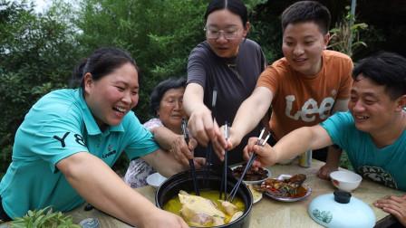 胖妹穿情侣装,炖上一锅老母鸡汤,再来6个拿手菜,弟媳吃过瘾了