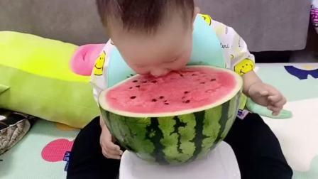 姥姥给买的西瓜,非要这么啃着吃,说给切开就哭