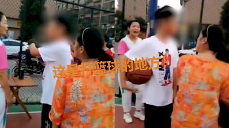 篮球场被广场舞大妈占领 男孩上前霸气理论:这是打篮球的地方!