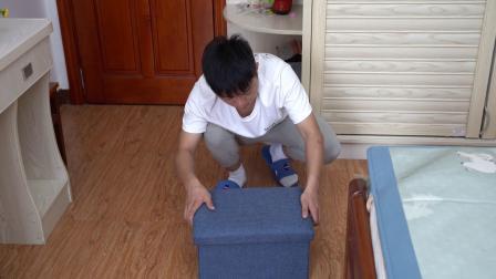 这个可折叠的收纳凳,不仅可以收纳很多杂物,还可以当凳子坐