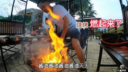 小伙自驾游在停车场烤烧烤,一分心竟燃起来了,赶紧给烧烤灭火!