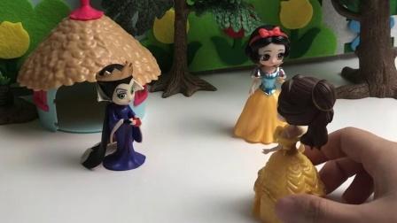 皇后跟贝儿想牺牲白雪,让他嫁给怪兽