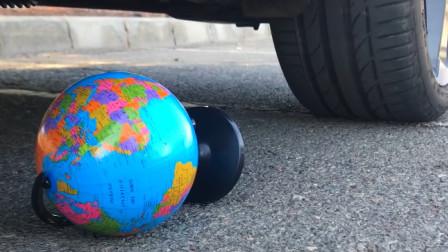 把地球仪、儿童玩具等放在车轮下碾压,看着好解压
