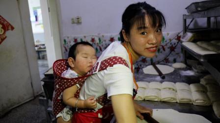 徐州励志小夫妻,丈夫断臂妻子背娃做大饼,夜里两点开始干,感人