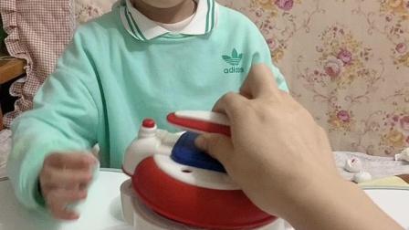 趣味童年:弟弟今天煮饭给妈妈吃