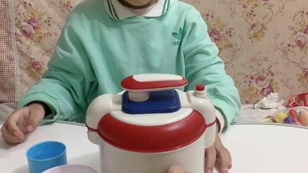 趣味童年:宝宝打开电饭煲帮妈妈做饭