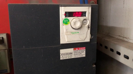 施耐德变频器一启动就以10HZ频率运行,问题出在哪里?