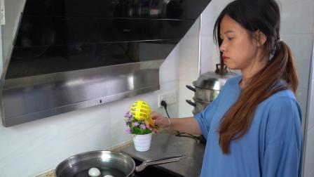 这个多功能打蛋器不仅可以夹鸡蛋、夹熟食,还可以当作打蛋器使用