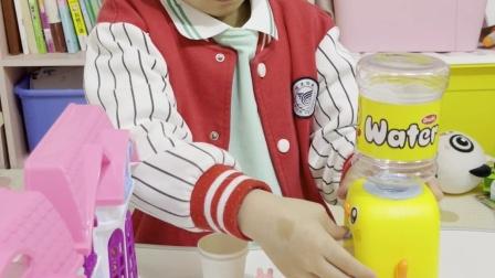 趣味童年:小猪佩奇开了家卖水的店