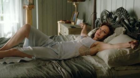 女人被丈夫锁在床上,家里闯进陌生男人,她该怎么办?