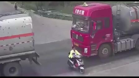 三轮车横穿马路,非要从泥罐车中间穿行,3秒后死神来了!