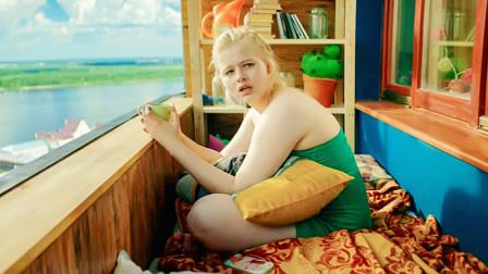 女孩为了减肥瘦身,竟用保鲜膜缠绕赘肉,结果成功减掉了三十斤!