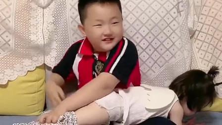 哥哥看电视走神了,帮妹妹穿的裤子都搞错,气的宝宝都动手打人了!