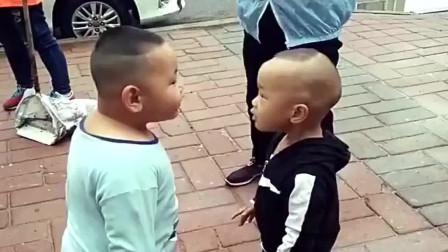 两个小屁孩街头吵架,看一次笑一次!