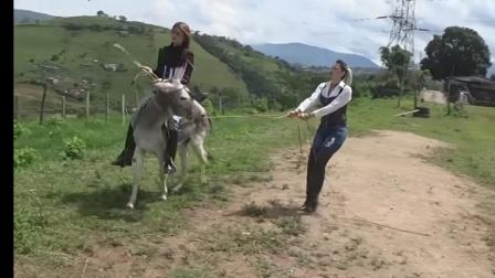 俩美女骑驴