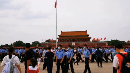 天安门广场来了一群人,游客舍不得离开,现场很感人