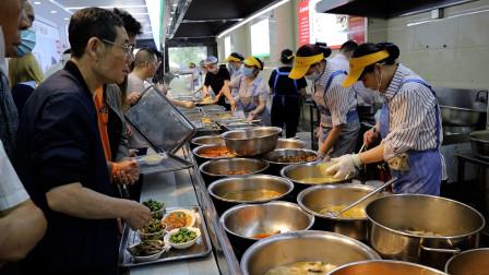 """武汉""""盒饭王"""",日接待上万人,一天吃掉1500斤米,顾客一次充10万"""