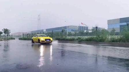 奥迪A7玩涉水,车主地板油冲进水里,太任性了!