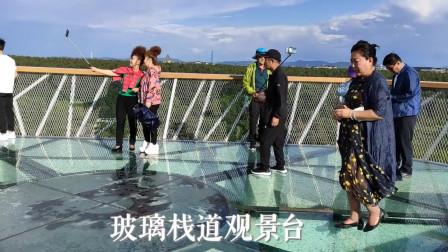 走空中廊桥 在玻璃栈道观景台看长白林海