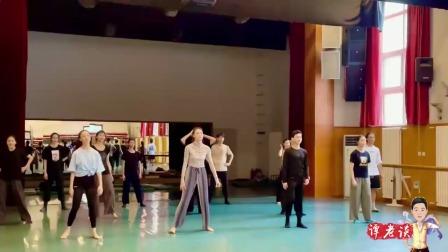 论舞蹈功底最右边黑色,但是c位的身高臂展,太飒了!