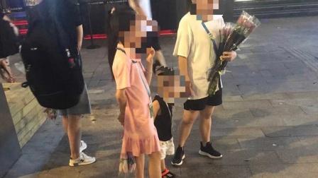 重庆街头妇女带儿童凌晨卖花?当地回应:涉事人员均系亲属关系