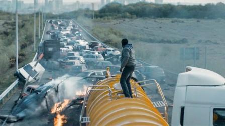 男子为偷渡躲在铁罐车内,出来发现外面已是末日,地球被怪物占领