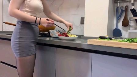 美女下班回家做的养生晚餐