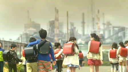 地球环境被毒气污染,学生们却照常上学,原来他们并不是人类