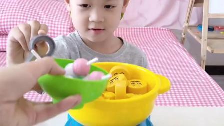 趣味童年:和妈妈一起吃火锅很开心