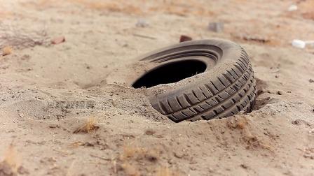 千年轮胎成精后,疯狂报复人类,脑洞大开的电影《橡皮轮胎》