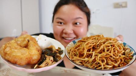 热干面,炸油墩子,发糕,凉菜,大口嗦面,没有什么是她不爱吃的