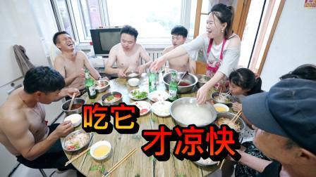 在东北农村,我们自己做洗澡房,煮3锅大冷面,俩连桥各吃三四盆