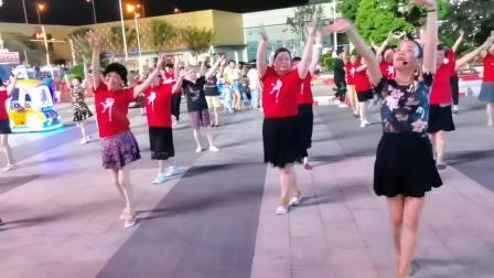 (57)广场舞《我爱的人儿在新疆》万达广场。统一红衫舞动较整齐。徐淡吟老师🌹🌴💄💐