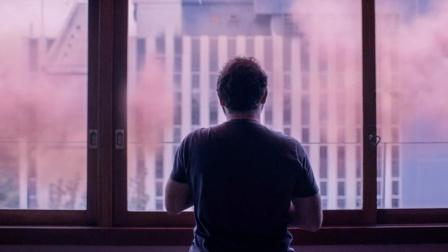 世界各地被粉色怪云包围,触碰必死,人类被迫隔离在家十数年