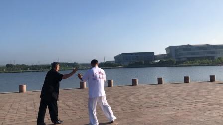 玉龙湖畔推手研练(三)李宝余(黑衣)、邰国义阜新市太极拳协会副主席兼推手总教练2021年7月18日晨