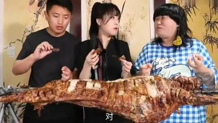大胃王小姐姐的烤全羊真馋人,这样吃着也太爽了吧
