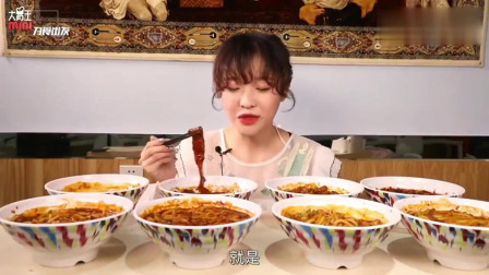 大胃王小姐姐吃新疆炒米粉,香辣馋人吃着也太过瘾了