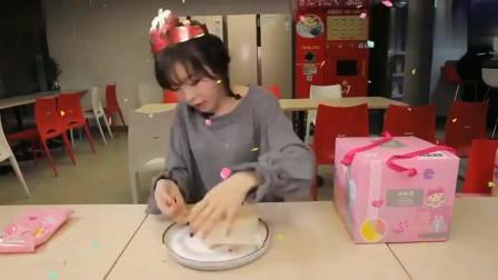 大胃王小姐姐吃小蛋糕,直接上手啃也太满足了