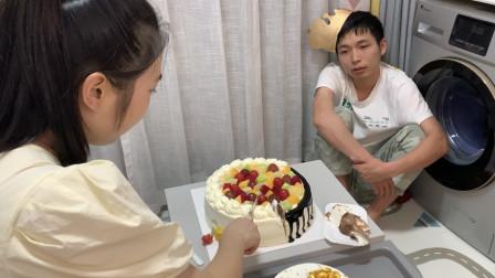 老公27岁生日,邀请朋友来家聚餐,没想到喝酒闹笑话了!