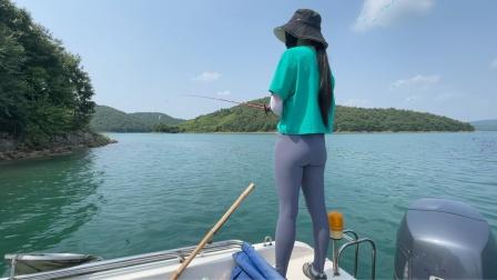 和小姐姐路亚鳜鱼,卡罗钓组沿着石壁搜索一定有收货!