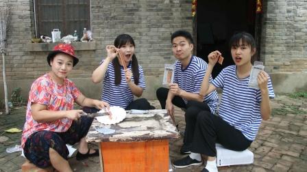 田田和小伙伴买了五花肉糖,妈妈误以为是真肉要包成饺子,真逗