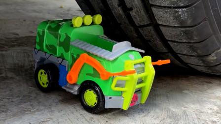 把玩具小车、小狗等放在车轮下碾压,看着好解压