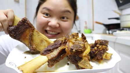 小婷做红烧牛排吃,和小路大口吃肉,大口扒饭,辣太过瘾了