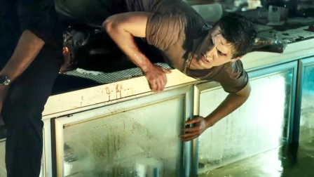 男人被困水里,刚准备洗个手,就发现水下有什么东西