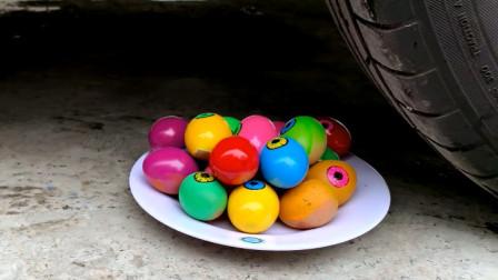 把鸡蛋、西瓜等放在车轮下碾压,看着好解压