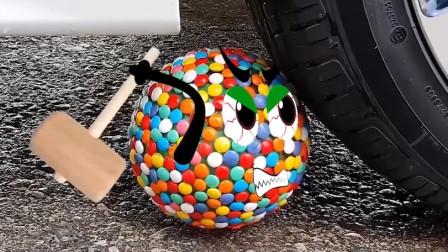 把巧克力豆、西瓜等放在车轮下碾压,看着好解压